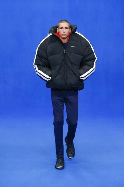 หดคอเข้าไปอยู่ในเสื้อ กับ Balenciaga Pillow Puffer Jacket