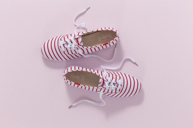 เติมความสดใสให้วันวาเลนไทน์ของคุณ ด้วยเสื้อผ้าชุดสวยกับรองเท้าผ้าใบสีสดใสใส่สบายจากเคดส์ (Keds)