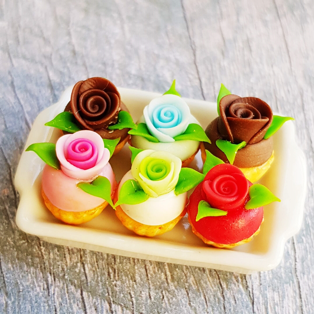 6x Mix Color Rose Cupcake on White Square Ceramic Tray Dollhouse Miniatures Food Bakery Sweet Barbie Blythe Decoration Supply