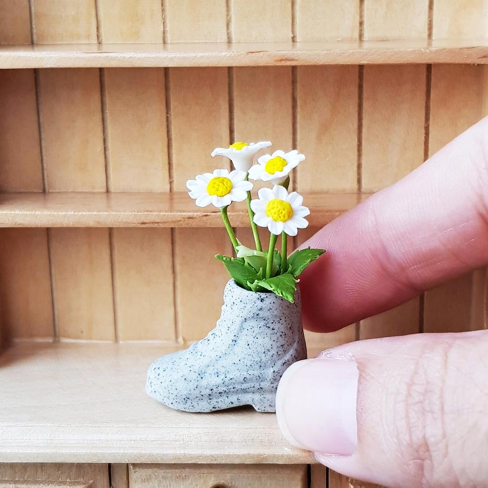 Daffodil  Flower Plant in Terracotta Pot Dollhouse Miniatures Deco Garden