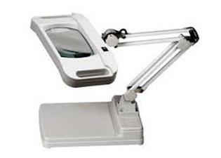 โคมไฟแว่นขยายเลนส์สี่เหลี่ยม แบบตั้งตั้งโต๊ะ (LED)