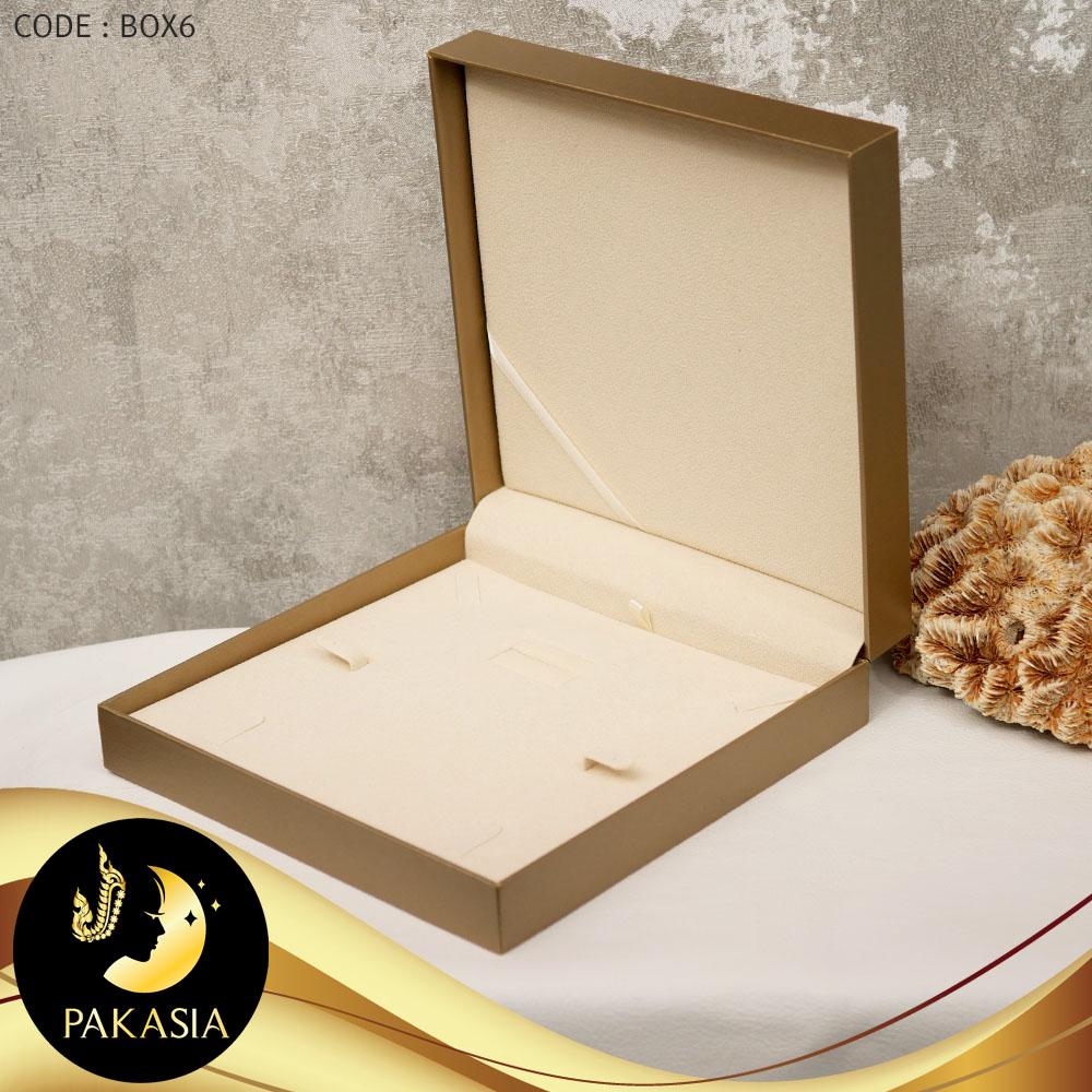 กล่องเซ็ตสร้อยคอ ต่างหู แหวน  PAKASIA สีทอง ขนาด 19 x 19 x 5 cm. สกรีนโลโก้ PAKASIA ภายในบุผ้ากำมะหยี่ สีครีม แท่นนูน ถอดวางตั้งเป็น Stand โชว์ได้  / BOX006