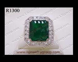 แหวนมรกตโคลัมเบียธรรมชาติเจียระไน (Certified Natural Columbia Emerald Ring) ล้อมเพชร Heart&Arrow - Russian Cut