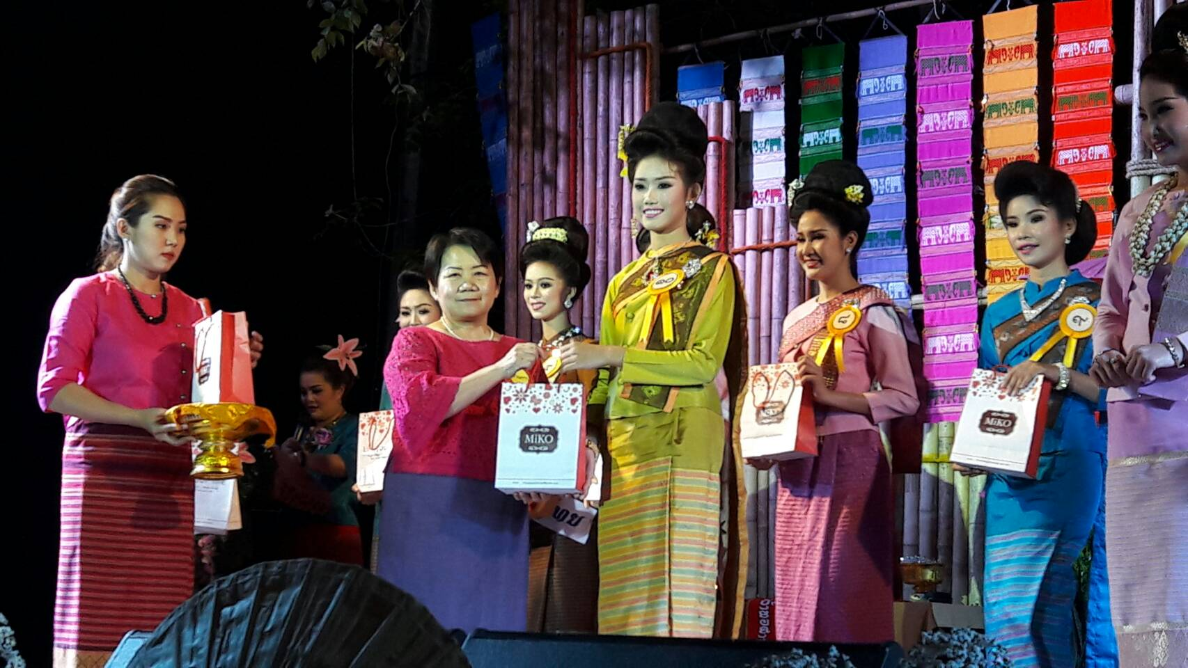 Miko gave the miko gift certificate to the finalists, Dae Yong Wai, the last 10 of them.