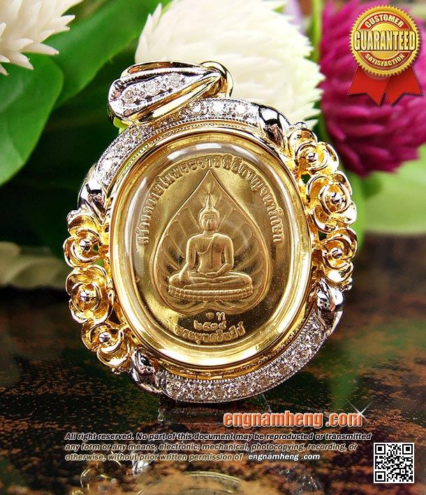 เหรียญในหลวง เนื้อทองคำ ด้านหลังพระพุทธชินสีห์ เลี่ยมกรอบทองคำดีไซน์ช่อดอกไม้ สวยหวาน น่ารักดีค่ะ