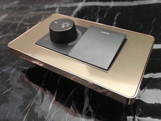 สวิตช์ไฟฟ้าแบบ Dimmer + 1.5G(ปุ่มกลาง) สองทาง พร้อมกรอบสีโรสโกลด์