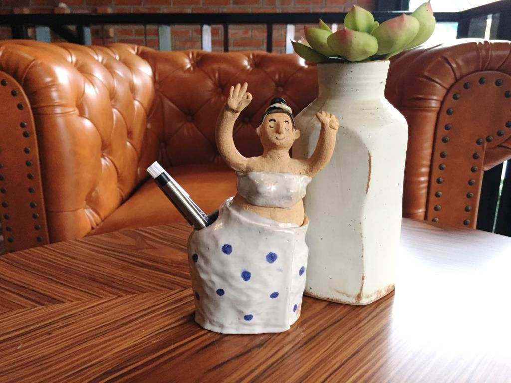 รูปปั้นลงสีเสียบปากกา สาวชาวบ้านฟ้อน