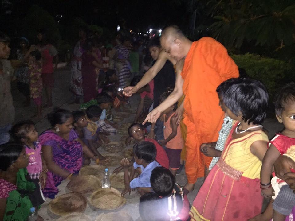พระพรหมสิทธิ ได้เมตตาเป็นเจ้าภาพเลี้ยงอาหาร แก่เด็กในบริเวณพุทธคยา ประเทศอินเดีย