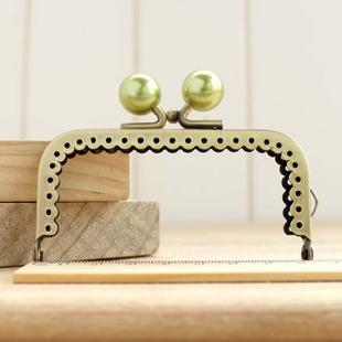 ปากกระเป๋ามีตุ้มน่ารัก ๆ ทรงเหลี่ยมตุ้มเขียว  ขนาด 8.5 ซม.