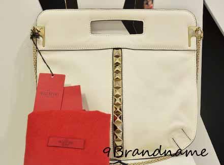 Valentino Hand bag สีครีมประดับหมุด พร้อมสายโซ่  เท่ๆค่ะ ของใหม่เลยค่า