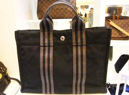 Hermes Trouch ทรง Handbag ใช้งายง่าย แต่เท่ค่ะ ขนาดเหมาะมือ สภาพสวยค่ะ