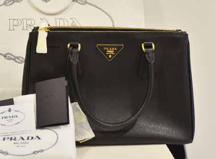 Prada Saffiano LUX Tote Size 30 Black Nero กระเป๋าถือ พร้อมสายสะพายยาว รุ่นยอดนิยมค่ะ หนังแท้สีดำทัง้ใบ ใช้ง่าย ใช้ทนสุดๆ