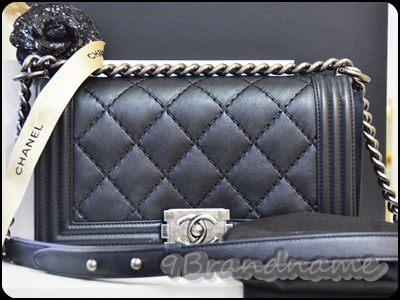 Chanel Boy black Calf skin RHW size 10 กระเป๋าบอยหนังคารฟสีดำ ตารางใหญ่ อะไหร่รมดำ สวยเก๋มากๆค่ะ