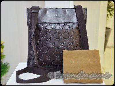 Gucci Messenger bag Signature Leather in Brown กระเป่าผู้ชายสะพาย cross body ลายโลโก้ กุขขี่สีน้ำตาล ใบเล็ก หนังปั้ม สภาพดีค่ะ