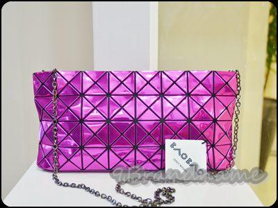 Issay Miyake Pleats Please Pink Metallic crossbody/ clutch bag กระเป๋าสะพาย หร้อมเก็บสายถือเป็นกระเป๋าหนีบได้ค่ะ สีชมพูเงาเมทัลลิค กรี๊ดดมากก สภาพดีสุดๆ