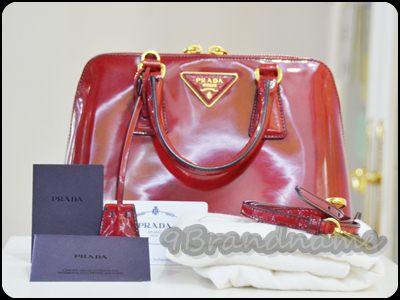 Prada alma bb red Maple Patent size 25 กระเป๋าใบเล็กหร้อมสายสะพายยาว cross body lสีแดงลายหินอ่อน สวยหรู มือสอง สภาพดีค่า