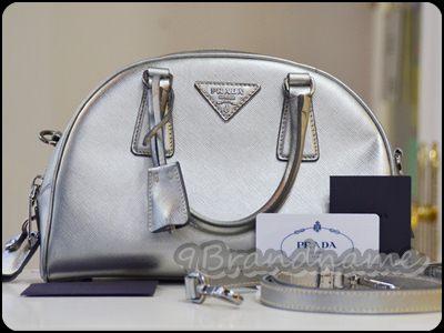 Prada Boston Silver Metallic with strap กระเป๋าทรงหมอน สีเงินเงา พร้อมสายสะพายค่า สวยเด่นมากๆ สภาพดีเลยย