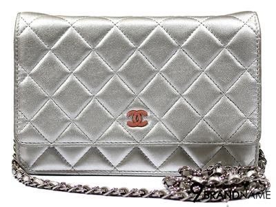 Chanel Wallet On Chain In Metallic WOC - Used Authentic Bag  กระเป๋ารุ่นนิยม สีเงินด้านในชมพูโลโก้ชมพู กระเป๋าตังมีสายสะพายยาว มือสองสภาพดีค่ะ
