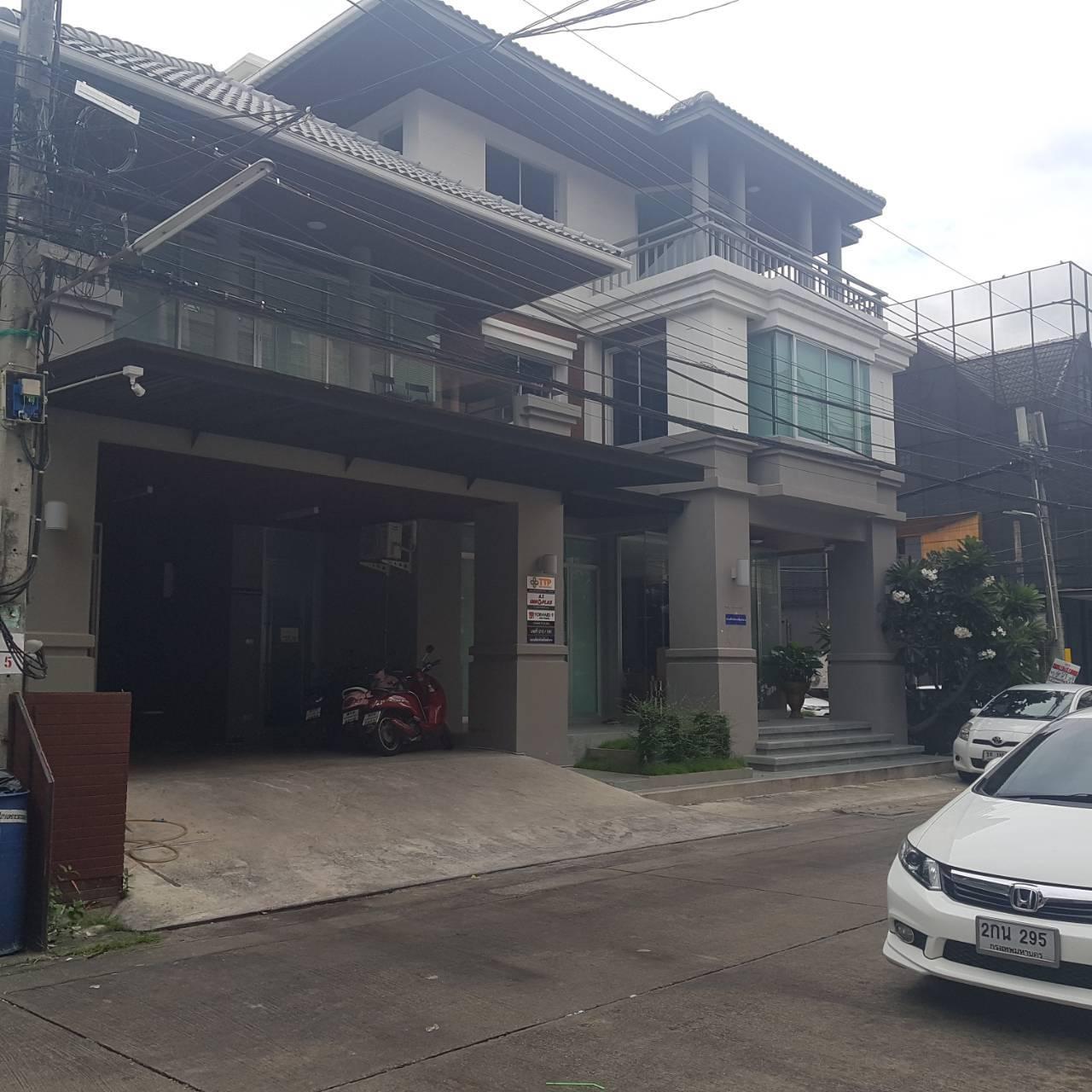 อาคารสำนักให้เช่า ทาวน์อินทาวน์  อาคารใหม่  ขนาด 600 ตรม  3 ชั้น ครึ่ง