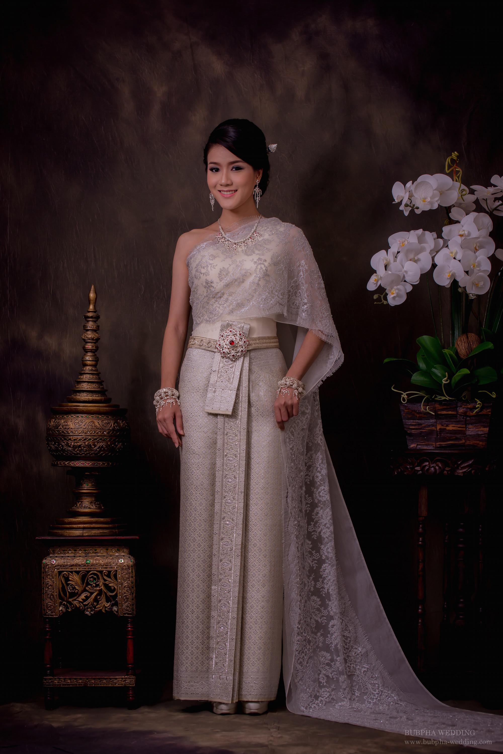 ชุดไทยผ้าโบราณแท้ สีครีม