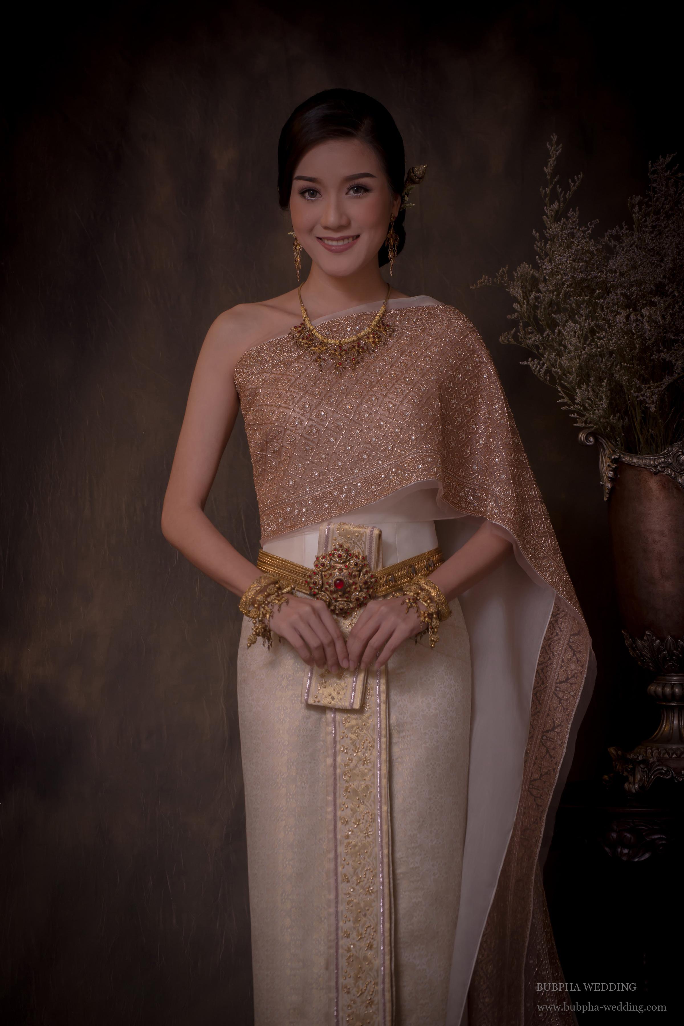 ชุดไทยผ้าโบราณเทียม สีงาช้าง ปักพิ้งโกล์ด ชุดที่  2