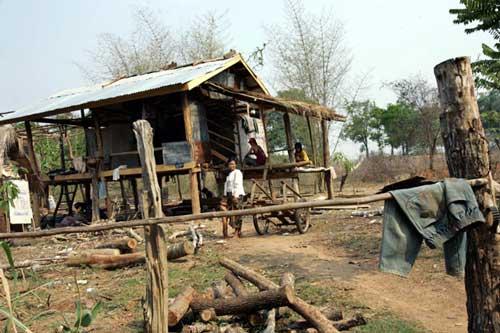 """คมดาบซากุระ 2 : """"นรก"""" ของชนชั้นกลางล่างมาเยือนแล้ว (4) โดย ชวินทร์ ลีนะบรรจง และ สุวินัย ภรณวลัย (2 ตุลาคม 2556)"""
