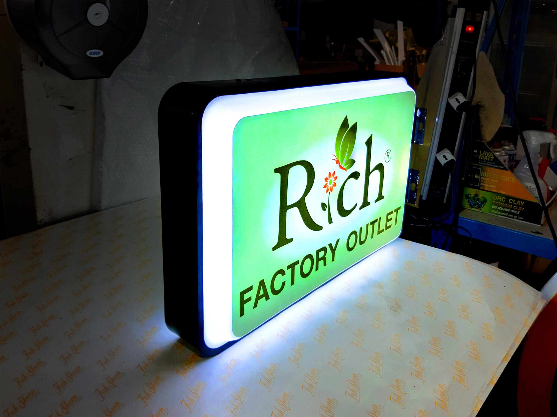 ป้ายกล่องไฟ Rich Factory Outlet