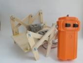 ชุดคิตประกอบหุ่นเดินหกขาวัสดุไม้ พร้อมรีโมท 2-CH:รีโมตคละแบบ