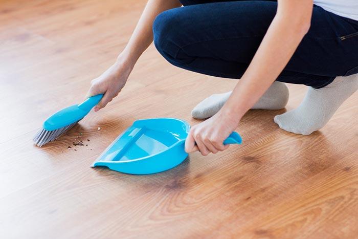 8 วิธีทำความสะอาดแก้ปัญหาพื้นลื่น ลดโอกาสเสี่ยงตายจากการเดินลื่นล้มในบ้าน