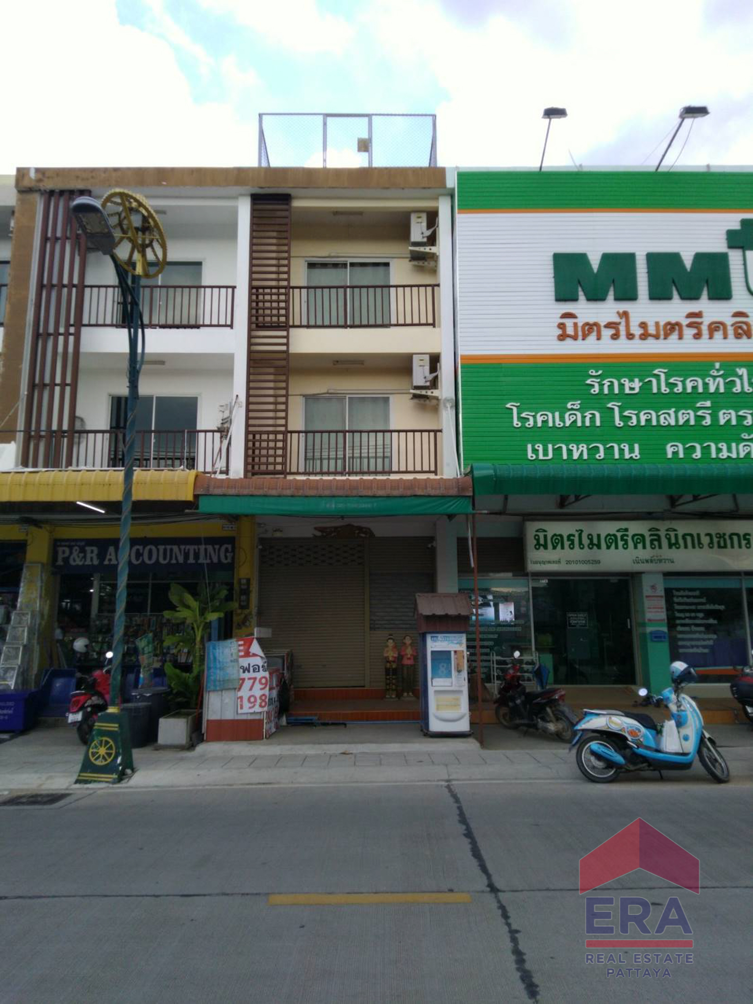 Urgent sale! 3 and half storey commercial building, good location, in the fresh market area