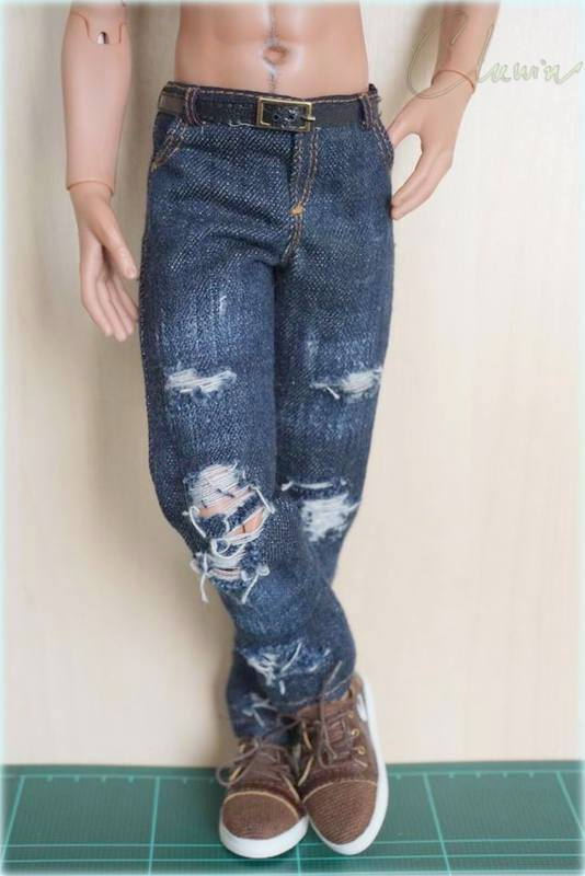 Dark blue jeans in  torn-style
