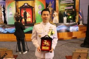 ดร. อมร มีมะโน รับรางวัลคนไทยตัวอย่าง
