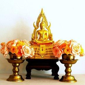 จัดดอกไม้บูชาพระและสิ่งศักดิ์สิทธิ์ด้วยมนต์แห่งความสมหวังและพิธีถวายน้ำเพื่อความสดใสราบรื่นในชีวิต