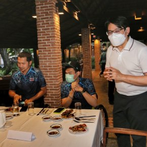 """ทัพฮีโร่พาราไทย อิ่มหนำสำราญ ชิมอาหารทะเลสุดชิล ริมหาด ภายใต้โครงการ """"ภูเก็ต-แซนด์บ็อกซ์"""""""