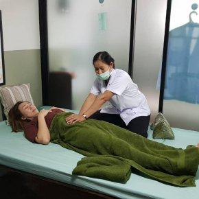 ผู้ป่วยมีอาการปวดหลัง เส้นตึงแน่นไปทั่วร่างกาย จากอาการลมในท้องเข้าเส้น เส้นท้องตึง