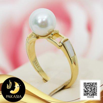 แหวนไข่มุกเม็ดเดี่ยว ไข่มุก Edison น้ำจืดคัดเกรด สีขาว ทรงกลม ขนาด 8 mm เกรด AAA ตัวเรือนแหวน เงินแท้ 92.5 ชุบทอง บ่าแหวนฉลุประดับ Mother of Pearl / 4.8.64