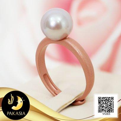 แหวนเกลี้ยงไข่มุกเม็ดเดี่ยว ชุบสี Rose Gold ด้าน ไข่มุกน้ำจืดคัดเกรด สีม่วง ทรงเกือบกลม ขนาด 9 mm เกรด AA+ ตัวเรือนแหวนเงินแท้ 92.5 ชุบสี Rose Gold ด้าน / 4.8.64
