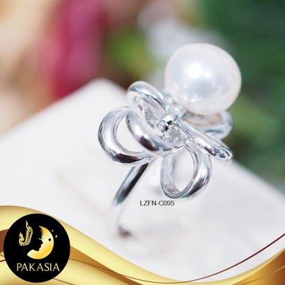 แหวนมุกโบว์ใหญ่ มุกน้ำจืดคัดเกรด สีขาว ทรง Semi-round ขนาด 8-9 mm เกรด AAA ตัวเรือนเงินแท้ 92.5 ชุบทองคำขาว / C095 / ค095