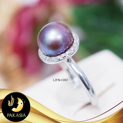 แหวนมุกหัวชูล้อมเพชร มุกน้ำจืดคัดเกรด สีม่วงเข้ม ทรงซาลาเปา เกรด AA+ ขนาด 10.6 mm ตัวเรือนเงินแท้ 92.5 ชุบทอง ประดับเพชร CZ / C097