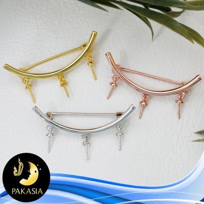 """ตัวเรือนอะไหล่เข็มกลัด Collection """"The Bridge"""" คานโค้ง ความยาวประมาณ 3.5 cm ห้อยไข่มุก 3 เม็ด ตัวเรือนเงินแท้ 92.5 มีให้เลือก 3 สี คือ สีทอง สีทองคำขาว และสี Pink Gold"""