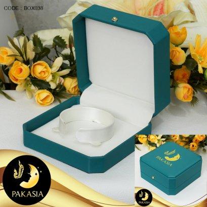 กล่องใส่สร้อยข้อมือ กำไล  Blue Green ปั๊ม PAKASIA ขนาด 10*10*4.5 ภายในบุผ้า Satinอย่างดีสีขาวครีม / BOX038