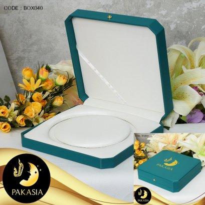กล่องสร้อย Blue Green ปั๊ม PAKASIA ขนาด 19*19*5 ภายในบุผ้า Satinอย่างดีสีขาวครีม  / BOX040