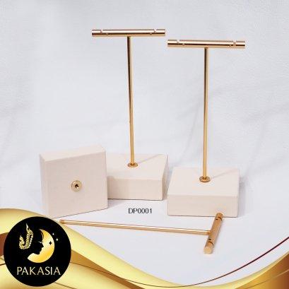 แท่นโชว์ต่างหูตัว T ถอดประกอบได้ ขนาดฐานประมาณ 5.5 x 5.5 x 2 cm ความสูงฐานรวมสแตนด์ประมาณ 14 cm ฐานหุ้มหนัง PU สีครีม ก้านและแกนสี Pink Gold / DP001 / ถ001