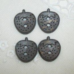 กระดุมไม้ รูปสตรอเบอรี่สีดำ (4 ชิ้น/แพ็ค)