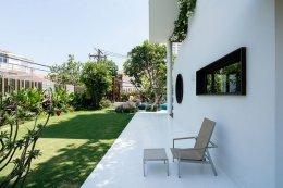 บ้านพูลวิลล่าแบบมีชั้นลอยในเวียดนาม การออกแบบที่เน้นความโปร่งสบาย