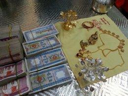 สุวัณณะฆฏิกะ ระฆังทองคำ และเครื่องบูชา ถวายบูชา  บนยอดพระนิพพานธาตุ พระมหาเจติยะธาตุเจ้าชเวดากอง 1มีค.'57