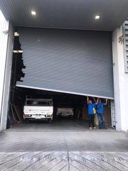 ซ่อมประตูม้วน อ.บ้านบึง จ.ชลบุรี งานซ่อมปรับแต่งบานประตูหลุดราง