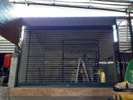 ซ่อมประตูม้วน คลองหลวง ปทุมธานี งานติดตั้งใหม่ประตูม้วนระบบมือดึงลายตาข่าย