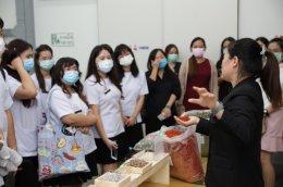 兰实大学师生27人参观华侨医院中药库