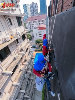 Glass cleaning service for high-rise building